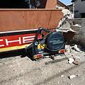1階部分が潰れた家につぶされた駐車中の車2