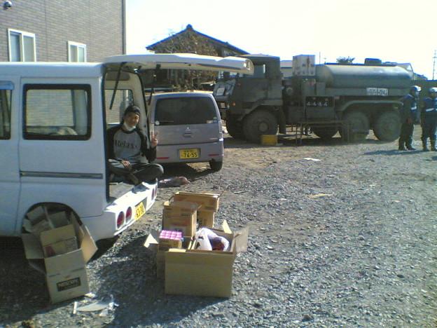宮城県石巻の自衛隊給水所横にて物資供給してるなう。