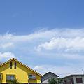 青い空と黄色い家