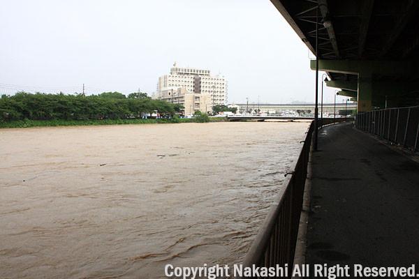増水した紫川