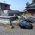 写真: 倒れた石碑