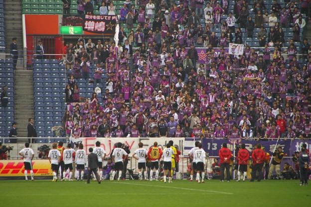 061 サポーターの前に並ぶ京都の選手たち