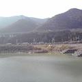 写真: 右側が昔からあった堰で今も魚が泳いでいます>夏には、カヌー教室がおこなわれています>左側が洪水防止用の流水>