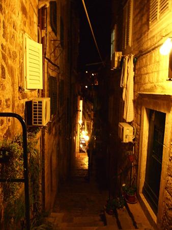 街へと続く道(夜)