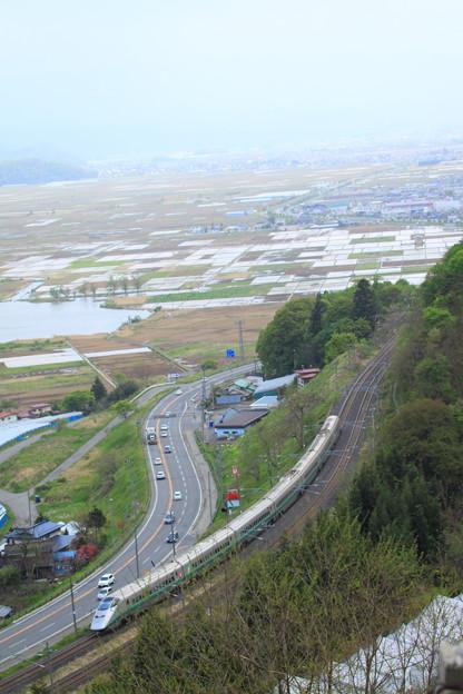 ブドウ畑より望む山形新幹線