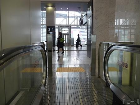 110416-17 大阪駅 (2)