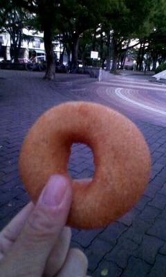 Photos: 人待ち中、はらドーナツを石...