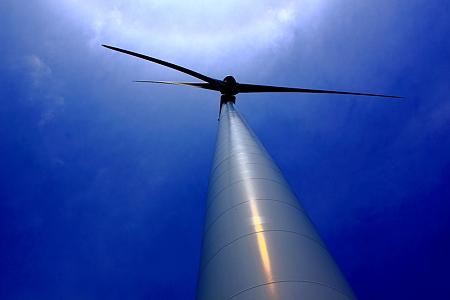 そびえ建つ風車