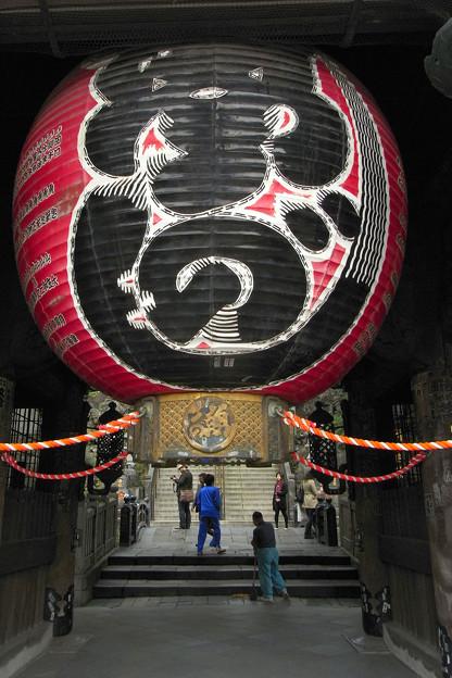 写真: 仁王門の提灯