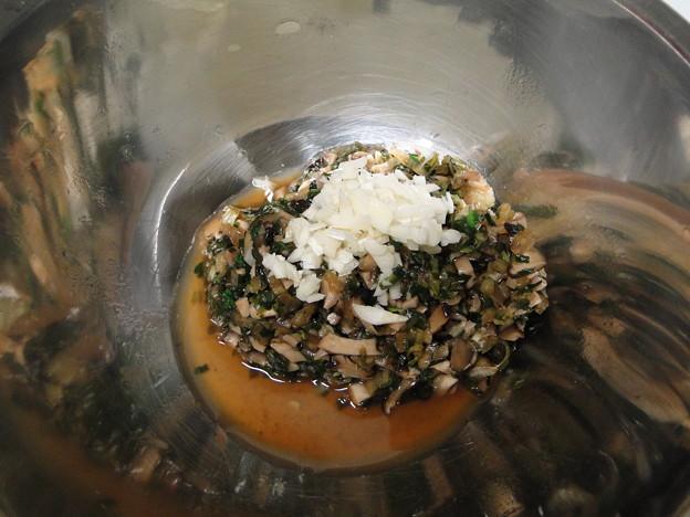 写真: 手作り餃子の餡を作っているなう